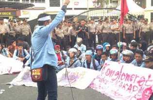 Massa BEM Unri Desak Kapolri Copot Kapolda Riau