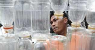 Bahayanya Mengisi Ulang Botol Kemasan Plastik