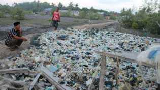 Sampah Menumpuk di Pinggir Sungai Desa Kuala Alam