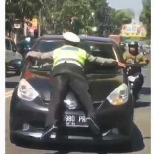 Gempar Brigadir Natan 'Nempel' Kap saat Diseruduk City Car
