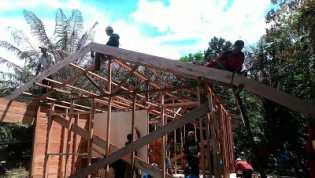 Kepedulian Masyarakat Kampung Jawa Bangun Rumah Buyah