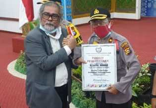 Ketum Komnas PA Indonesia Memberikan Piagam Penghargaan Kepada Kapolsek Pangkalan Kuras