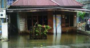 Banjir Meluas, PMI Kampar Bantu Korban Banjir Kampar