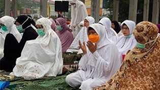Salat Istisqa di Halaman Masjid Raya Pekanbaru, Wagubri: Ini Upaya Bersama Atasi Kabut Asap