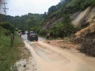 Jalur Riau-Sumbar Tertutup Longsor, Lalu Lintas Terganggu