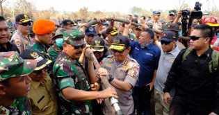 Kapolri-Panglima dan Menteri Siti Turun Langsung Padamkan Karhutla di Riau