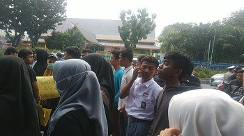 Pelajar Berseragam Putih Abu-abu Ikut Demo, Massa Aksi Unjuk Rasa Depan DPRD Riau Terus Bertambah