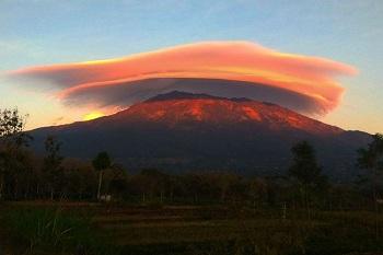 Fenomena Topi Awan Muncul di Gunung Lawu, Begini Cara Terbentuknya